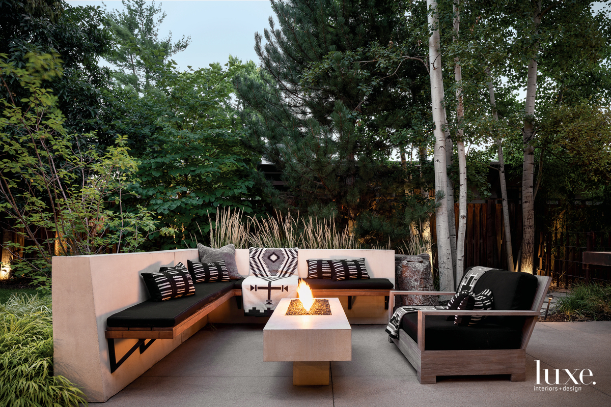 contemporary outdoor sitting area black...