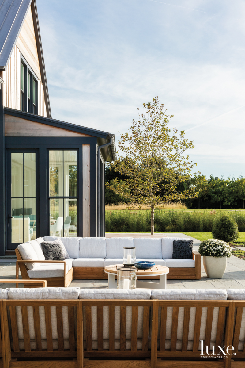 contemporary outdoor sitting area