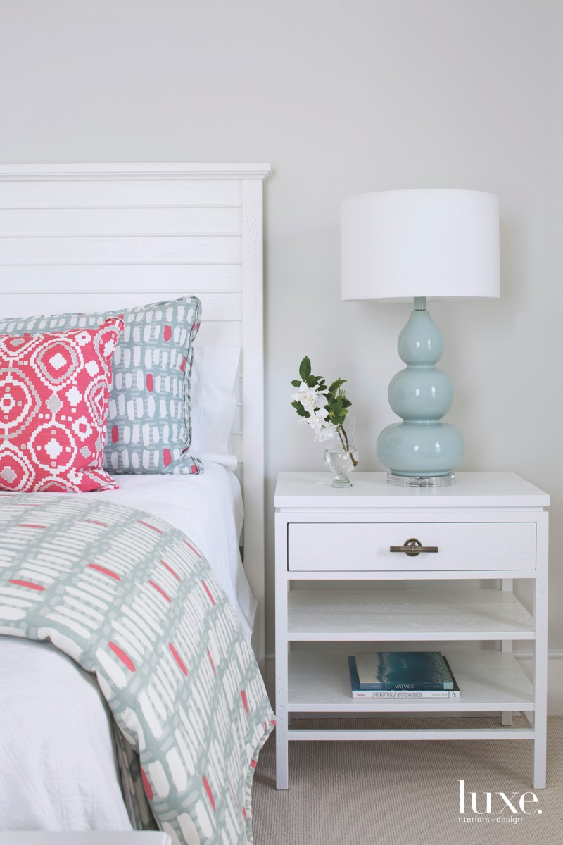 coastal white bedroom pink accens=ts