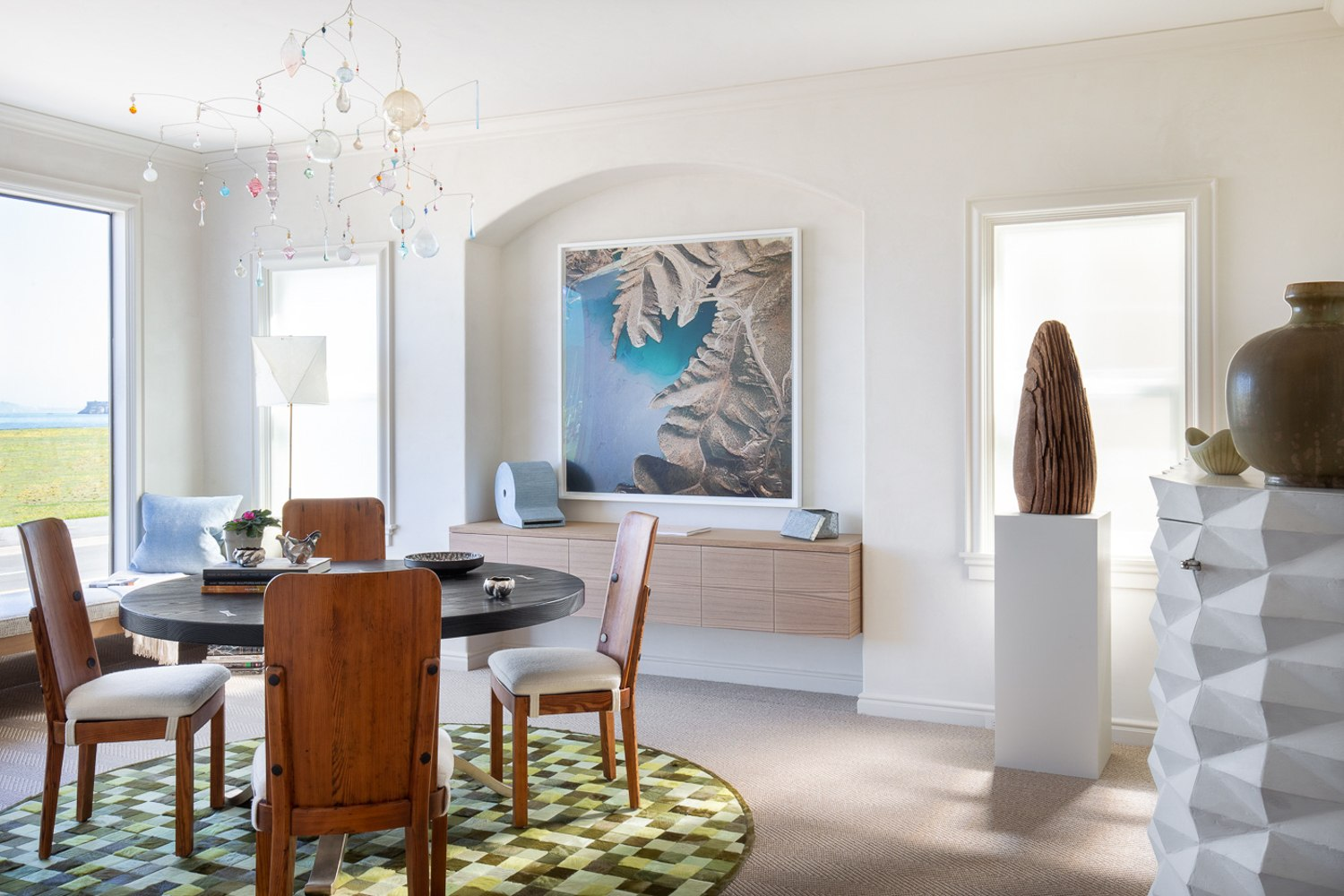 earby, designer David Bjorngaard created a dining room rich with stories reflecting the setting, in particular the Marin Headlands visible in the distance. In a material sense, the furnishings relate to the the look and feel of sandy beaches, weathered driftwood and blue water.