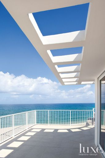 When a New York couple who had been renting a winter escape in Palm Beach ultimately decided to buy a place there, they settled on a penthouse condo right on the water. Their new getaway had one of the best vantage points in the area.
