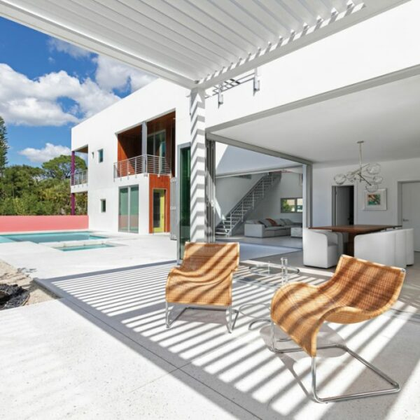 A Siesta Key Abode Embraces Indoor-Outdoor Flow