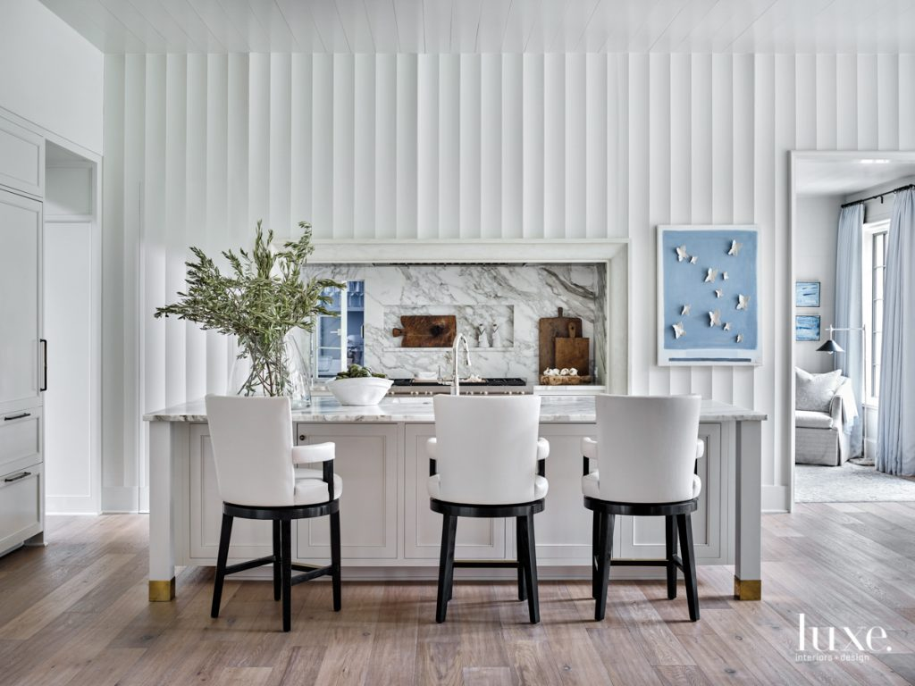 white kitchen with three-dimensional wall