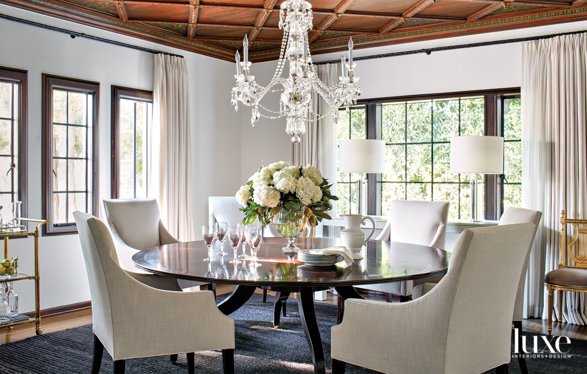 Dining room with a round...