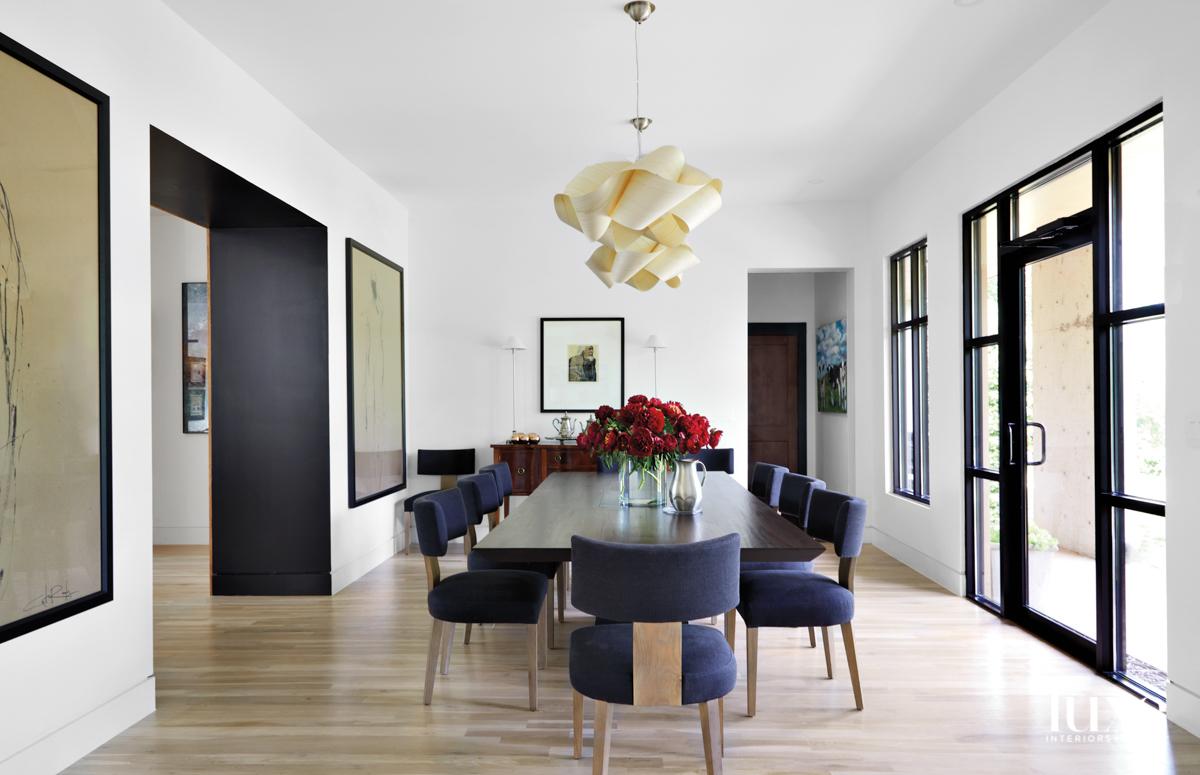 Ruang makan minimalis dengan klismos...