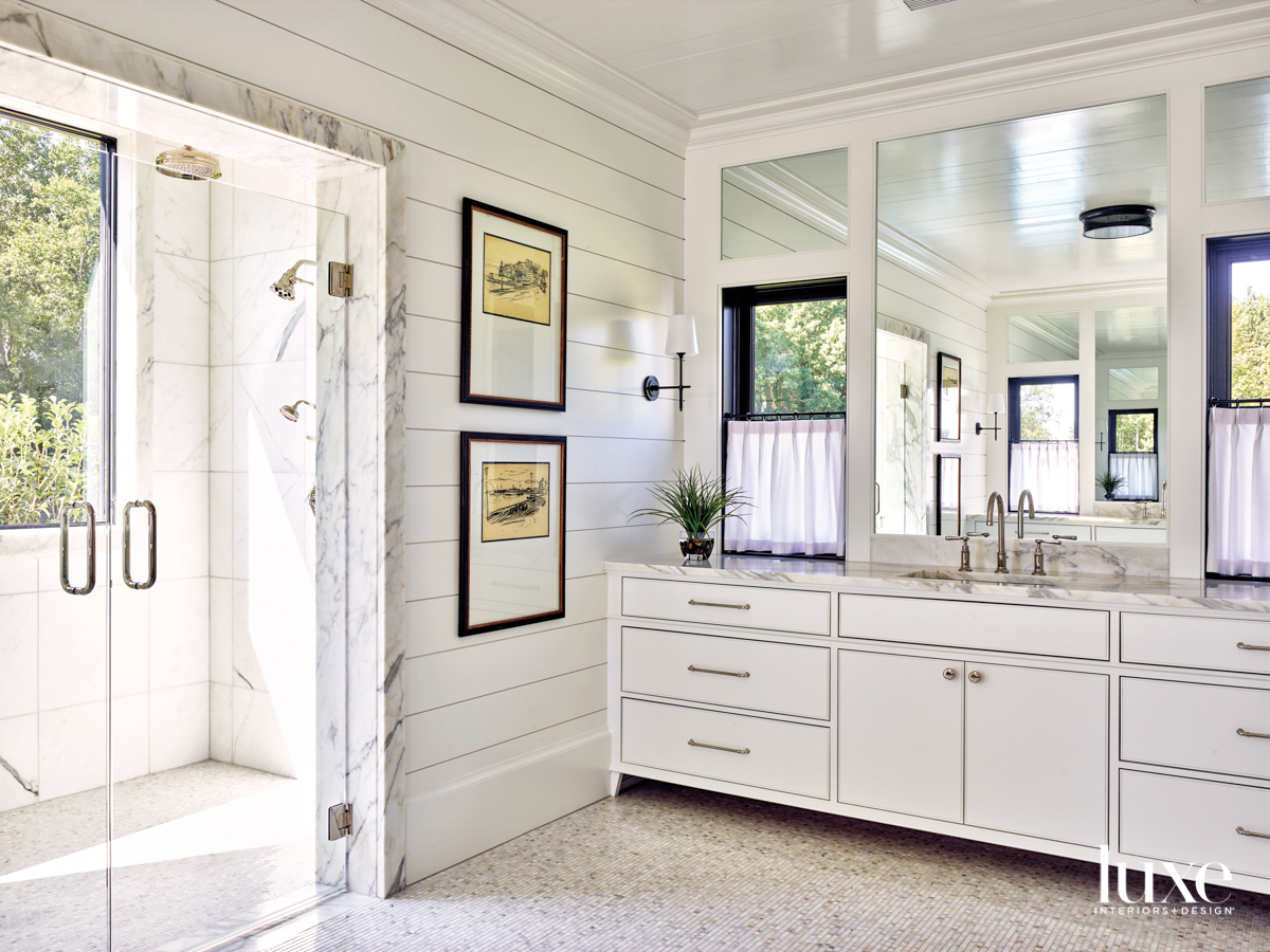 Light and bright bathroom with...