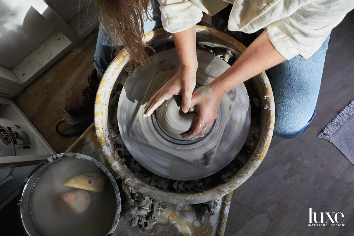 Leihgeber throws on the wheel in her Austin studio.