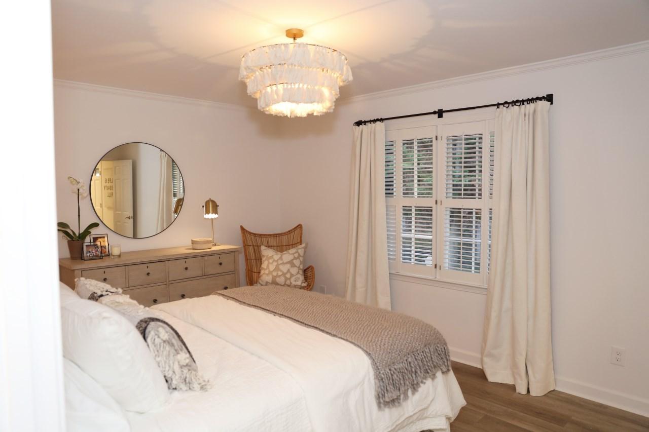 soard white bedroom with window