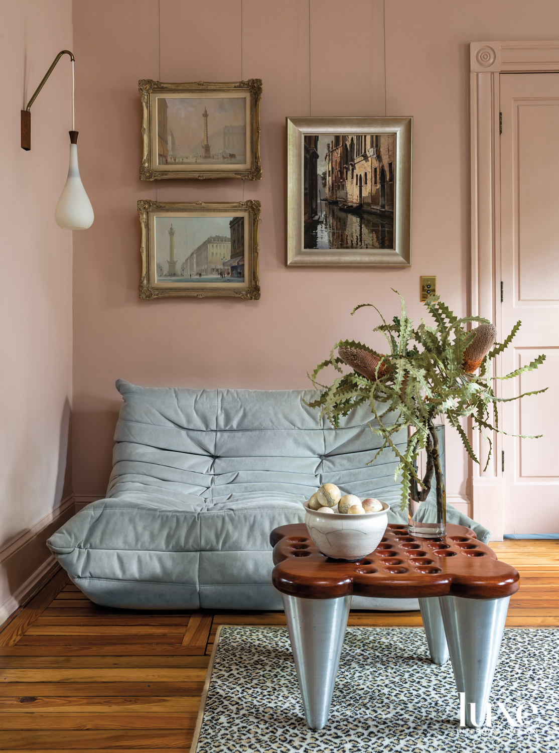Sitting nook with blush-colored walls...